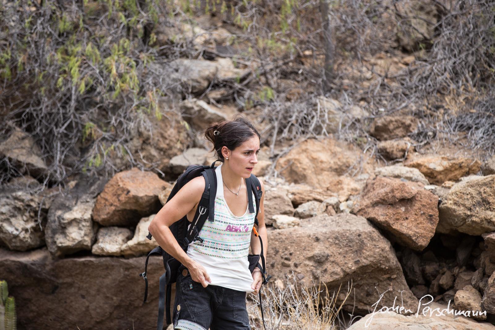 Miriam Perschmann auf der Suche nach den Bouldern bei Arico