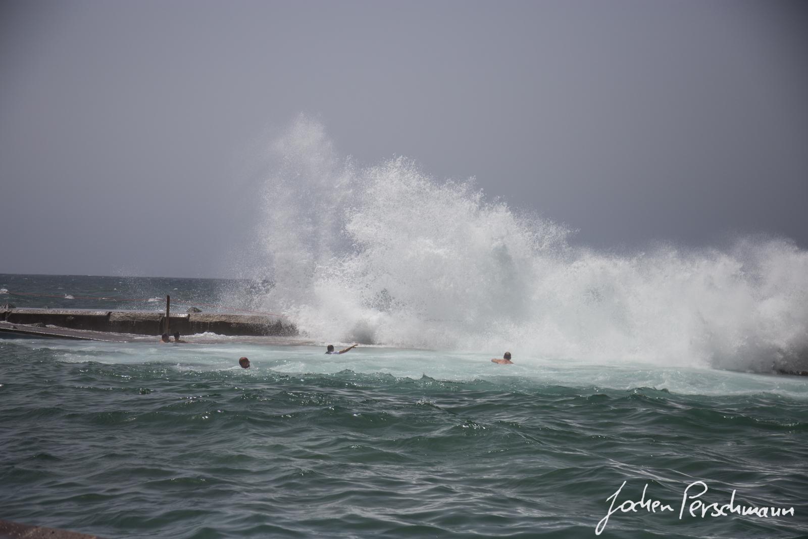 Künstliche Wasserbecken die durch die Wellen mit Meerwasser gefüllt werden (Charcos)